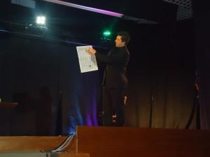 Alain durante il numero di mentalismo in teatro al Gala del WEMM 2011